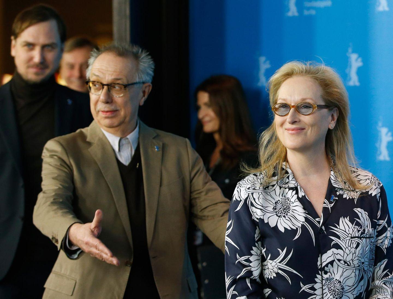 Festivaldirektor Dieter Kosslick folgt Jurypräsidentin Meryl Streep zur Pressekonferenz.