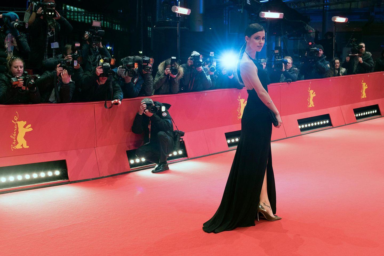 """Lena Meyer-Landrut will sich den Film """"L'Avenir"""" anschauen und begeistert die Fotografen."""
