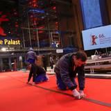 Der rote Teppich wird verklebt ...
