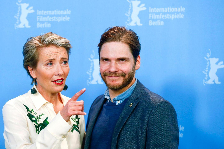 """Gemeinsam stellen Emma Thompson und Daniel Brühl auf der 66. Berlinale ihren Film """"Alone in Berlin"""" vor."""