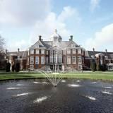 Das ist Schloss Huis ten Bosch nordöstlich von Den Haag. Hier lebt die niederländische Königsfamilie. Das Gebäude wurde im 17. Jahrhundert erbaut.