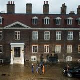 Der Kensington Palace in London ist die zweite Adresse von William und Kate. Hier empfangen sie auch offizielle Gäste, wie hier den amerikanischen Präsidenten Barack Obama und seine Frau Michelle.   Einer anderer Bewohner der anderen Appartments in Kensington ist unter anderem Prinz Harry.