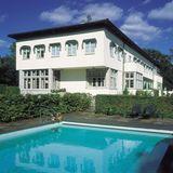 Die norwegische Kronprinzenfamilie lebt auf Schloss Skaugum in der Kommune Asker, die circa 25 Kilometer südwestlich von Oslo liegt. Die Residenz hat einen großen Pool im Garten.