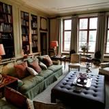 Der Salon lädt beim gemütlichen Schmökern in einem Buch oder beim Schachspielen zum Verweilen ein.