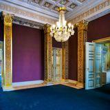 Der Lese- und Musikraum strahlt in kräftigen Tönen - violett an den Wänden und königsblau auf dem Boden. Imposant ist der Kronleuchter in der Mitte des Raumes.