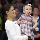Oktober 2013  Selbstbewusst streckt Prinzessin Estelle die Zunge raus. Das Publikum des Tennisturniers in Stockholm beeindruckt sie nicht.