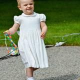 Juli 2013  Mit Knautschgesicht und Spielzeug präsentiert sich Prinzessin Estelle den Fotografen am Geburtstag von Mama Victoria.