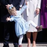April 2015  Estelle ist ein wahrer Sonnenschein! Auch am Geburtstag ihres Opas, König Carl Gustaf, verbreitet die Kleine gute Laune.