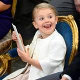Oktober 2015  Auch während der Taufzeremonie in der Kirche wird Estelle nicht langweilig.