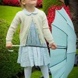 Juli 2015  An Mama Victorias Geburtstag verdirbt der leichte Nieselregen Prinzessin Estelle nicht ihre gute Laune. Fröhlich spielt sie mit dem Regenschirm.