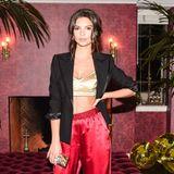 Wow! Emily Ratajkowski beweist in diesem Outfit allen wie abendtauglich ein Pyjama sein kann. Zu einer roten Hose kombiniert sie ein Bustier und einen eleganten schwarzen Blazer.