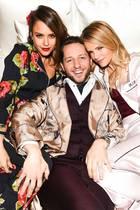 Gemütlich im Bett posieren Jessica Alba, Derek Blasberg und Kelly Sawyer.