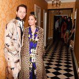 Schmachtend posiert Nicole Richie mit Derek Blasberg. Das It-Girl trägt einen floralen Schlafanzug mit Leo-Mantel - ein gewagter, aber cooler Stilmix!