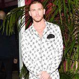 Model Adam Senn versprüht auch in einem Schlafanzug echte Coolness.