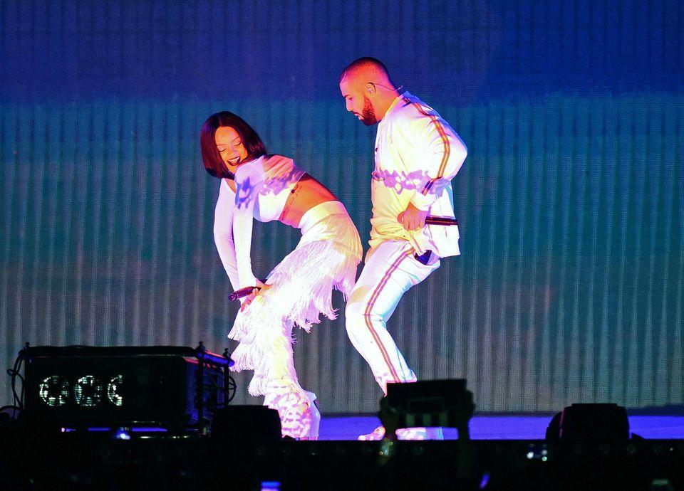 """Das Expaar Rihanna und Drake zeigt die wohl schlüpfrigste Performance des Abends. Die twerkende Rihanna lässt dabei unweigerlich Erinnerungen an Miley Cyrus' Auftritt mit Robin Thicke bei den """"VMAs"""" 2013 aufkommen."""