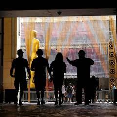 Außer aller Welt kommen Touristen zum Hollywood Boulevard und hoffen die größten Stars hautnah erleben zu können.