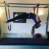 Sieht super professionell aus, was die 22-jährige Sängerin Victoria Swarovski hier im Pilatesstudio veranstaltet.