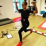 """Um gestählt mit Sergiu Luca bei """"Let's Dance"""" das Tanzbein zu schwingen, setzt Alessandra Meyer-Wölden auf EMS-Training und macht konzentriert und verkabelt ihre Übungen."""