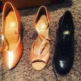 """""""Meine Oma hat immer gesagt, bequeme Schuhe sind nie sexy... Recht hat sie!"""" - postet Victoria Swarovski als Kommentar zu ihren neuen Tanzschuhen."""