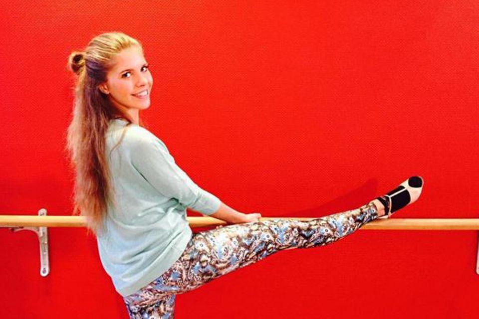 Sängerin Victoria Swarovski dehnt sich beim Barre-Training bis in den Spagat, um mit ihrem Tanzpartner Erich Klann später richtig loszulegen.