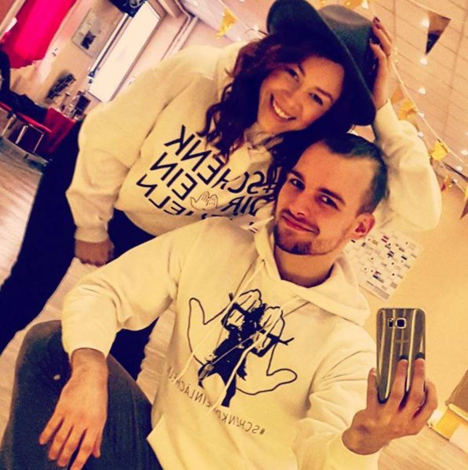 Nach einem langen Trainingstag verabschiedet sich Eric Stehfest mit Tanzpartnerin Oana Nechiti mit einem Selfie in den Feierabend.