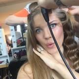 Wenige Stunden vor der Show sitzt Victoria in der Maske und lässt sich die Haare frisieren.