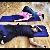 Für Victoria Swarovski und Erich Klann starten mit Stretching ins Training.