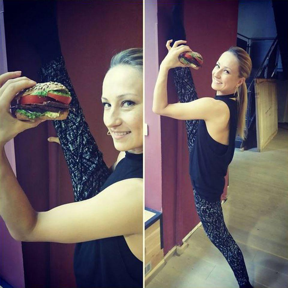 Der selbstbewusste Vegan-Prediger Attila Hildmann postet das üppige Tofusandwich zum Frühstück, was er für seine Tanzpartnerin Oxana belegt hat, und dafür bringe sie ihm das Tanzen bei.