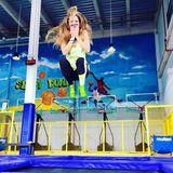 Natürlich soll auch der Spaß nicht zu kurz kommen beim Training für das große Tanzen und Victoria Swarovski hüpft vor Freude!