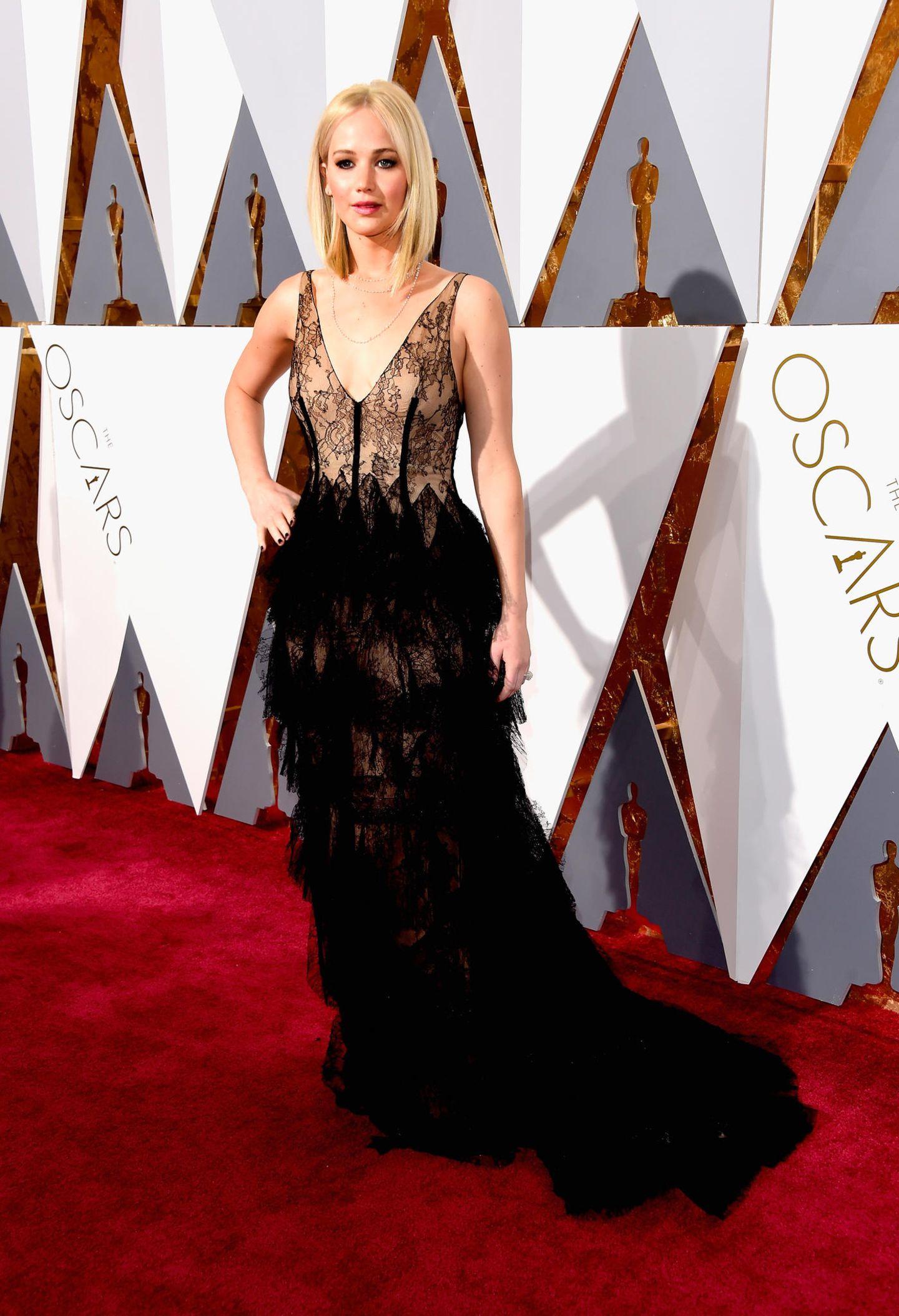 2016: Ein Kleid von Dior, Schmuck von Chopard, vergleichsweise schlichtes Make-up - und trotzdem nicht überzeugend. Jennifer Lawrences Oscar-Look mangelte es insgesamt an Glamour und Qualität.
