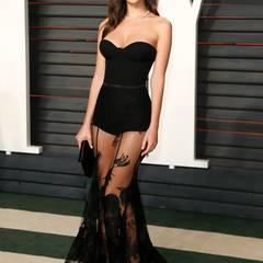 Bei dieser Figur kann sich Model und Film-Sternchen Emily Ratajkowski auch ein derart durchsichtiges Rockteil erlauben.
