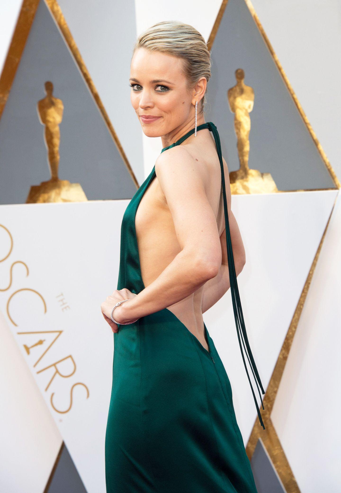 Ziemlich tief blicken lässt Schauspielerin Rachel McAdams in ihrem grünen Kleid von August Getty Atelier - der wohl heißeste Rückenausschnitt des Abends.
