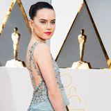 Die britische Schauspielerin Daisey Ridley überzeugte in einem traumhaften Chanel Haute Couture Kleid mit funkelnden Applikationen und einem in Szene gesetzten Rücken.