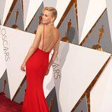 Charlize Theron setzt sowohl vorne als auch hinten auf Wow-Dekolleté in ihrer roten Dior-Robe.