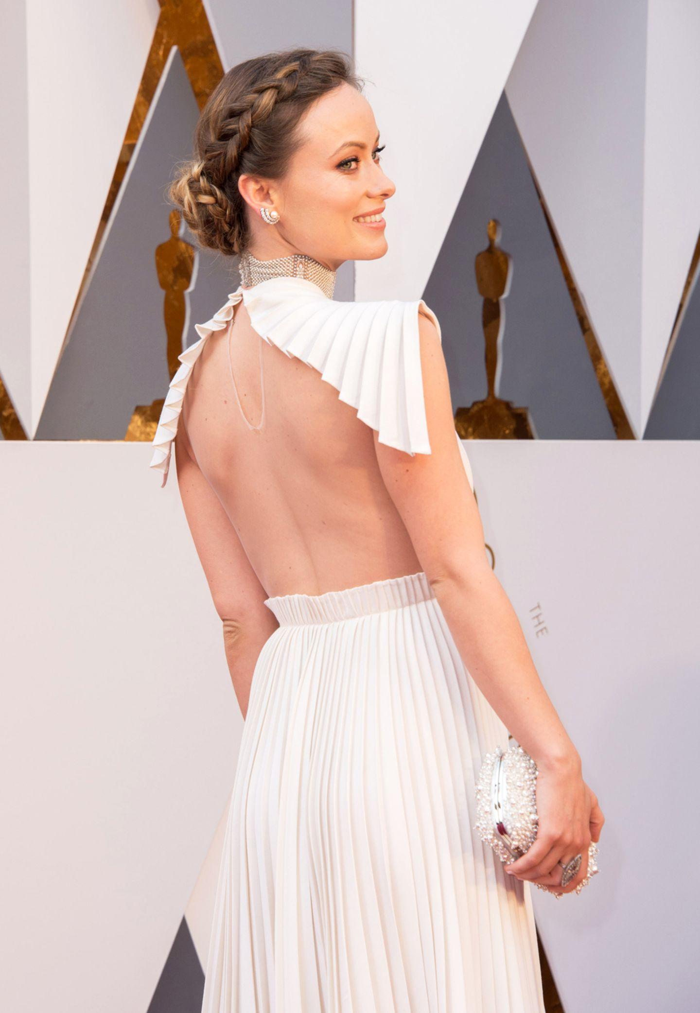 Die Valentino Haute Couture Robe von Olivia Wilde überzeugt nicht nur mit einem tollen Ausschnitt, sondern auch einem ganz besonders raffiniertem Rückenteil.