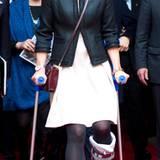 Tapfere Prinzessin Victoria: Nach einem Skiunfall humpelt die royale Schwedin Anfang 2014 mit Gips und Krücken zu ihren Terminen.