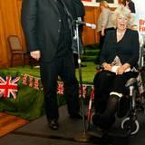 Hoppla, Herzogin Camilla nimmt es sportlich: Bei der British Fortnight 2010 sitzt sie kurz nach einem Wander-Unfall wegen eines Beinbruchs im Rollstuhl, mit dem sie erst noch umgehen lernen muss.
