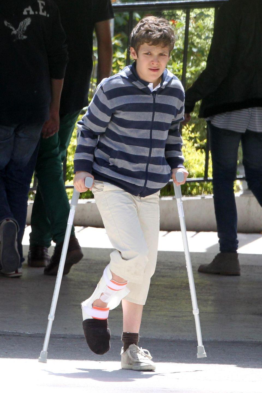 Aua! Felipe Froilan, der älteste Enkel von König Juan Carlos von Spanien muss die Füße still halten. 2012 ist ihm eine Schusswaffe ausgerutscht, so dass ein Schuss versehentlich im Bein landete.