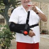 Nach einer Handoperation im Jahre 2008 heißt es für Prinz Henrik von Dänemark vorerst: Still halten! Das gilt jedoch nur für seinen rechten Arm. Mit dem linken Arm läßt sich immernoch ein Gläschen heben! Santé!