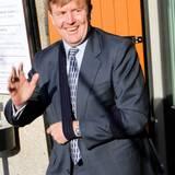 """Bitte stillhalten: Bei einem Besuch der """"Oranje Fonds"""" in 2010, trägt König Willem-Alexander eine Armbinde, was seiner Laune allerdings keinen Abbruch tut."""
