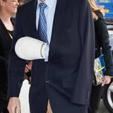 Startklar für den Boxring: Prinz Joachim von Dänemark trägt 2013 nach einer Handoperation einen überdimensional großen Gips. Die Ursache: eine gutartige Bindegewebserkankung, die häufig zu einer Einschränkung der Bewegungsfähigkeit führt.