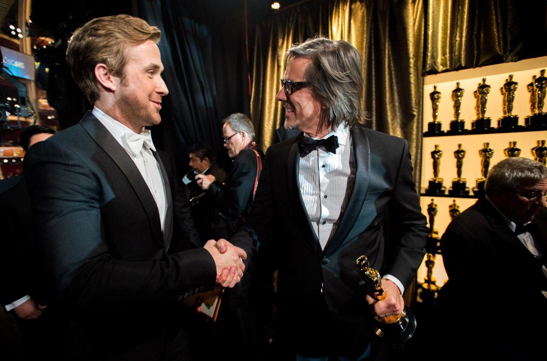 Ryan Gosling gratuliert Charles Randolph, der in der Kategorie Bestes adaptiertes Drehbuch gewonnen hat.