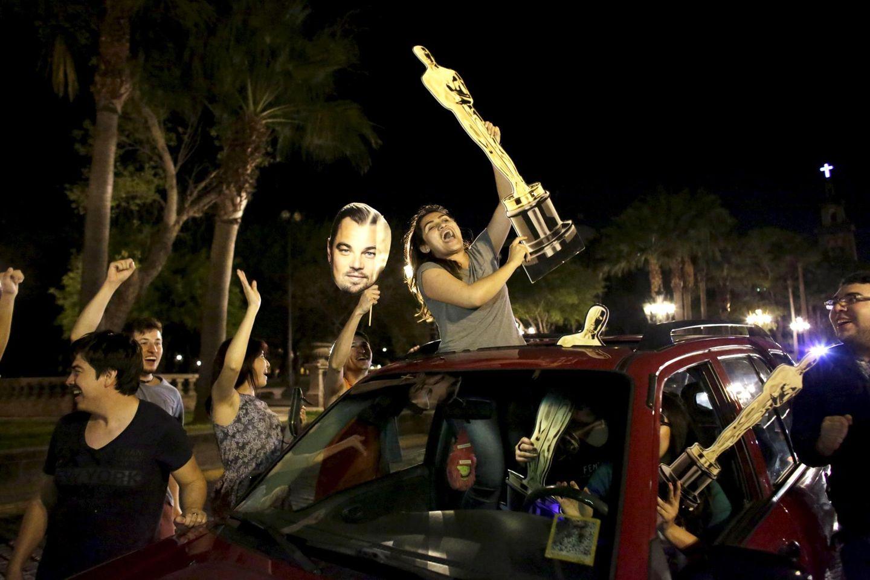 Nachdem Leonardo DiCaprio im sechsten Anlauf endlich den Oscar als bester Hauptdarsteller gewinnt, feiern Fans ausgelassen auf den Straßen.