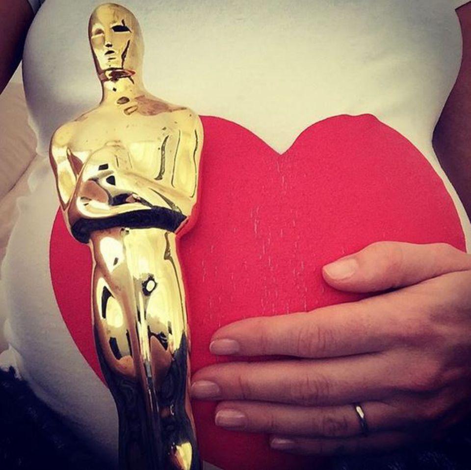 Die schwangere Anne Hathaway drückt von zu Hause aus die Daumen.