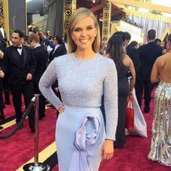 """Sunrise Reporterin Edwina Bartholomew ahnte wohl nicht, dass ihr hellblaues Kleid von Rachel Gilbert nach den Oscars als das """"Vagina-Kleid"""" bezeichnet wird."""
