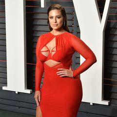 Oh là là! Plus-Size Model Ashley Graham setzt ihre Oberweite in diesem Kleid von Bao Tranchi extrem in Szene.