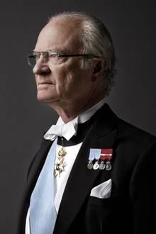 Carl XVI. Gustaf regiert seit dem 15. September 1973 in Schweden. Seit 1980 ist das aktuelle Thronfolgegesetz in Kraft, das besagt, dass nur seine Nachkommen einen Thronanspruch haben. Die übrigen Zweige des Hauses Bernadotte sind damit ausgeschlossen - genauso wie seine vier Schwestern und deren Kinder und Enkel.   Außerdem wurde mit der Neuregelung bestimmt, dass jeweils das erstgeborene Kind, unabhängig vom Geschlecht, den Thron erben soll. Zuvor war in Schweden die Thronfolge noch auf männliche Nachkommen beschränkt gewesen, so dass zunächst nicht König Carl Gustafs Tochter Victoria (geboren 1977) die Kronprinzessin wurde. Ihr zwei Jahre jüngerer Bruder Carl Philip trug diesen Titel bis zur Novellierung.