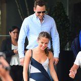 Fashion-Looks: Was für ein schönes Traumpaar: Oscar-Gewinnerin Alicia Vikander zeigt sich mit ihrem Freund Michael Fassbender viel zu selten. Alicia trägt ein sommerliches Streifenkleid und Michael ein hellblaues Hemd mit cooler Sonnenbrille.