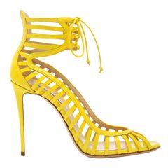 Geschnürt und nicht gewickelt: elegante High Heels von Casadei, ca. 870 Euro