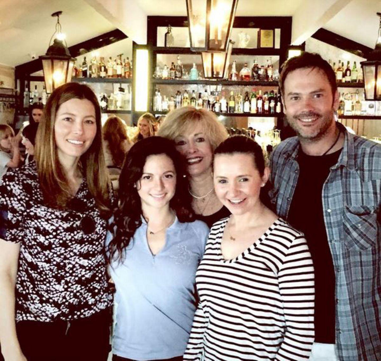 Eine himmlische Familie  Jessica Biel (l.) eröffnet ein Lokal und hat ihre alten Serienkollegen Mackenzie Rosman, Beverley Mitchell, Barry Watson und Catherine Hicks eingeladen.